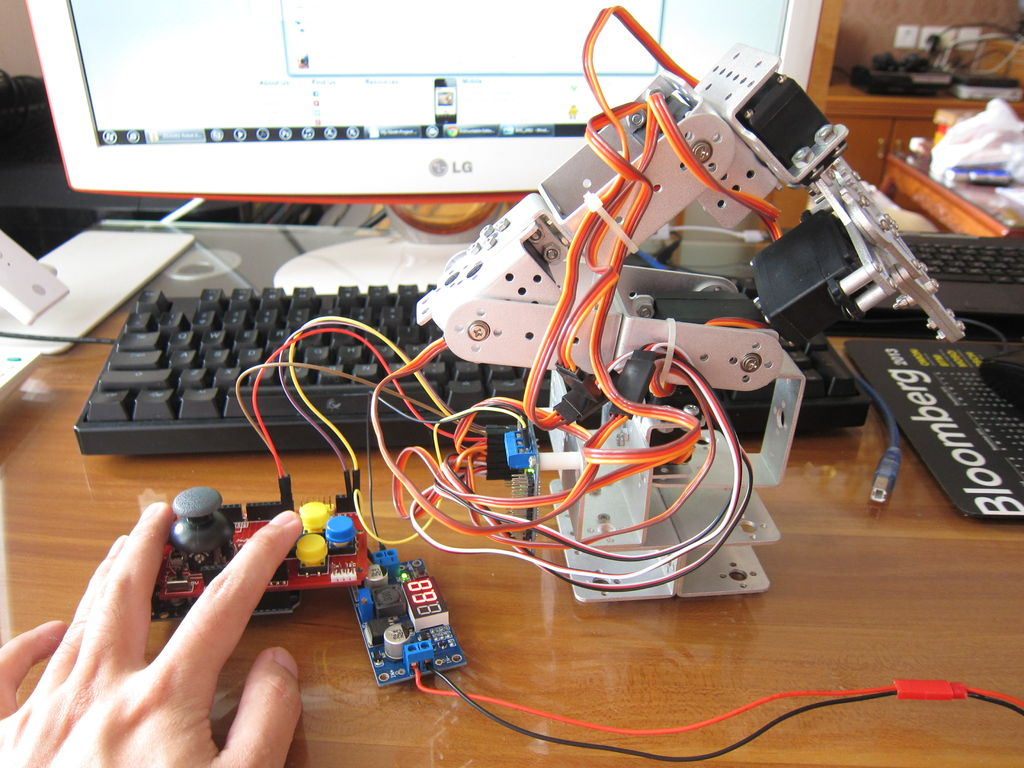 My Ninth Project: Robot Arm with Joystick Shield using Arduino -Use