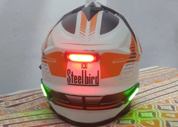 Motorcycle helmet signalling light system created using Arduino